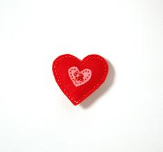 Vilttirintaneula, suuri punainen sydän vaaleanpunaisella keskiosalla