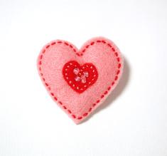 Filtbrosch, stort rosa hjärta med ett litet rött inuti