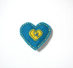 Vilttirintaneula, suuri sininen sydän keltaisella keskiosalla