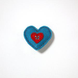 Vilttirintaneula, suuri sininen sydän punaisella keskiosalla