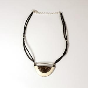 Halsband strutsägg, Layered Half Moon