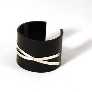 Armband Silver strips, svart 50 mm