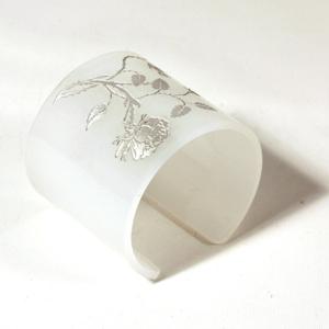 Armband Vildrosor, matt vit, 60 mm