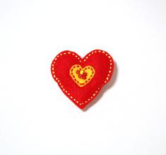 Filtbrosch, stort rött hjärta med ett litet gult inuti